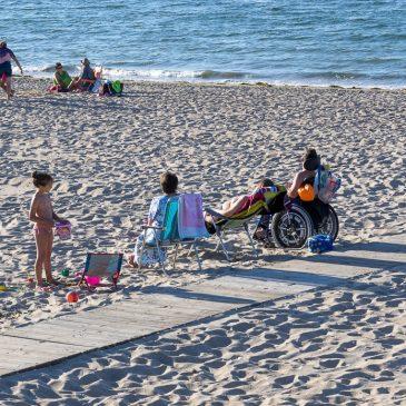 La playa con silla de ruedas.